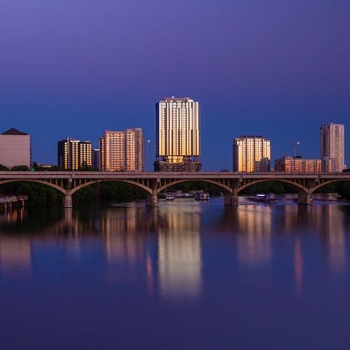 Gratis lagerfoto af aften, arkitektur, boligblokke, bro