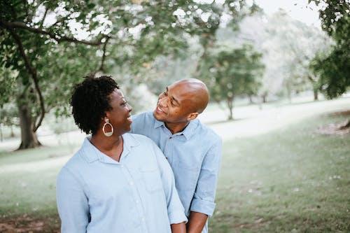 Gratis stockfoto met affectie, Afro-Amerikaans, Afro-Amerikaanse mensen, buitenshuis