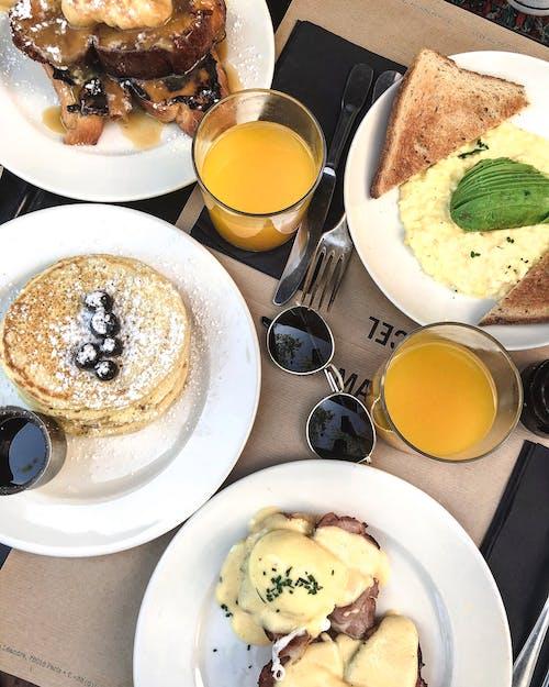 Kostnadsfri bild av apelsinjuice, bord, bröd, dryck