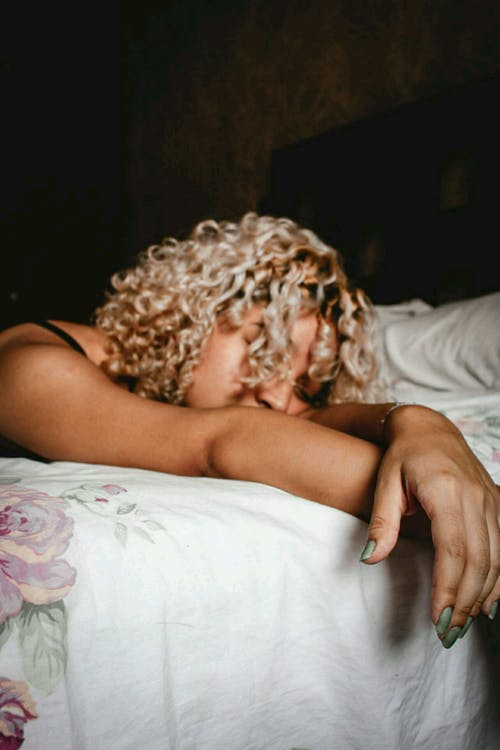 Immagine gratuita di addormentato, biondo, camera, capelli ricci