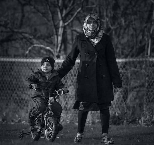 Fotobanka sbezplatnými fotkami na tému bicykel, chôdza, čierna a biela, ľudia
