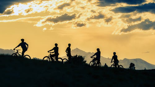 Fotobanka sbezplatnými fotkami na tému bicykle, exteriéry, hory, západ slnka