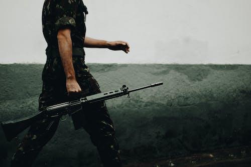 Gratis lagerfoto af mand, militær, person, pistol