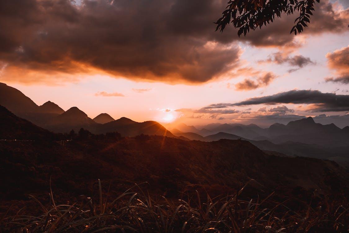 Montaña Y Hierba Durante La Hora Dorada