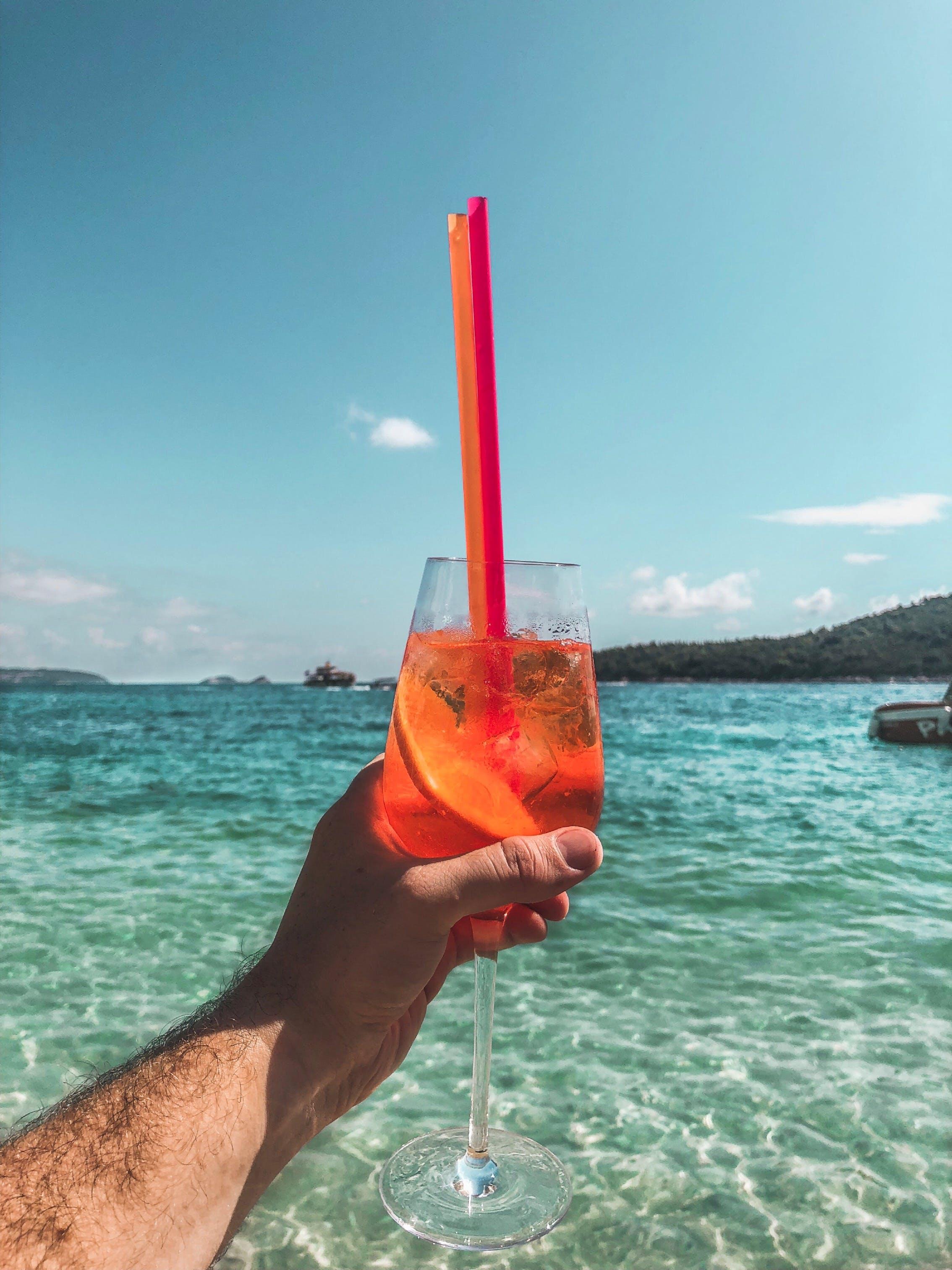 Kostenloses Stock Foto zu alkoholisches getränk, cocktailglas, draußen, draussen