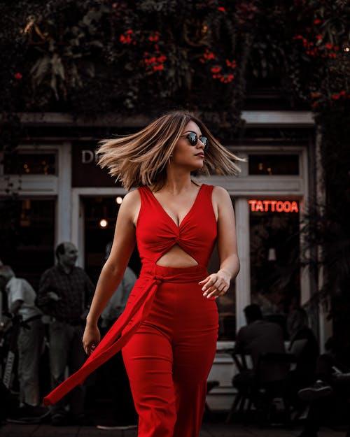 Immagine gratuita di alla moda, camminando, capelli al vento, carino
