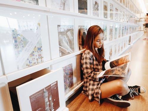 Ingyenes stockfotó #könyvtár, #lány, #művészet, #olvasás témában