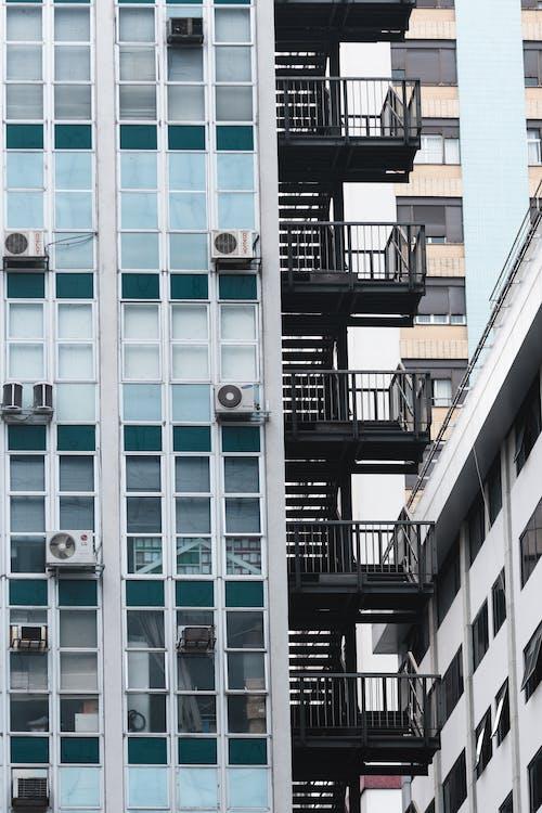 Kostenloses Stock Foto zu apartmentgebäude, blau, brasilien, fenster