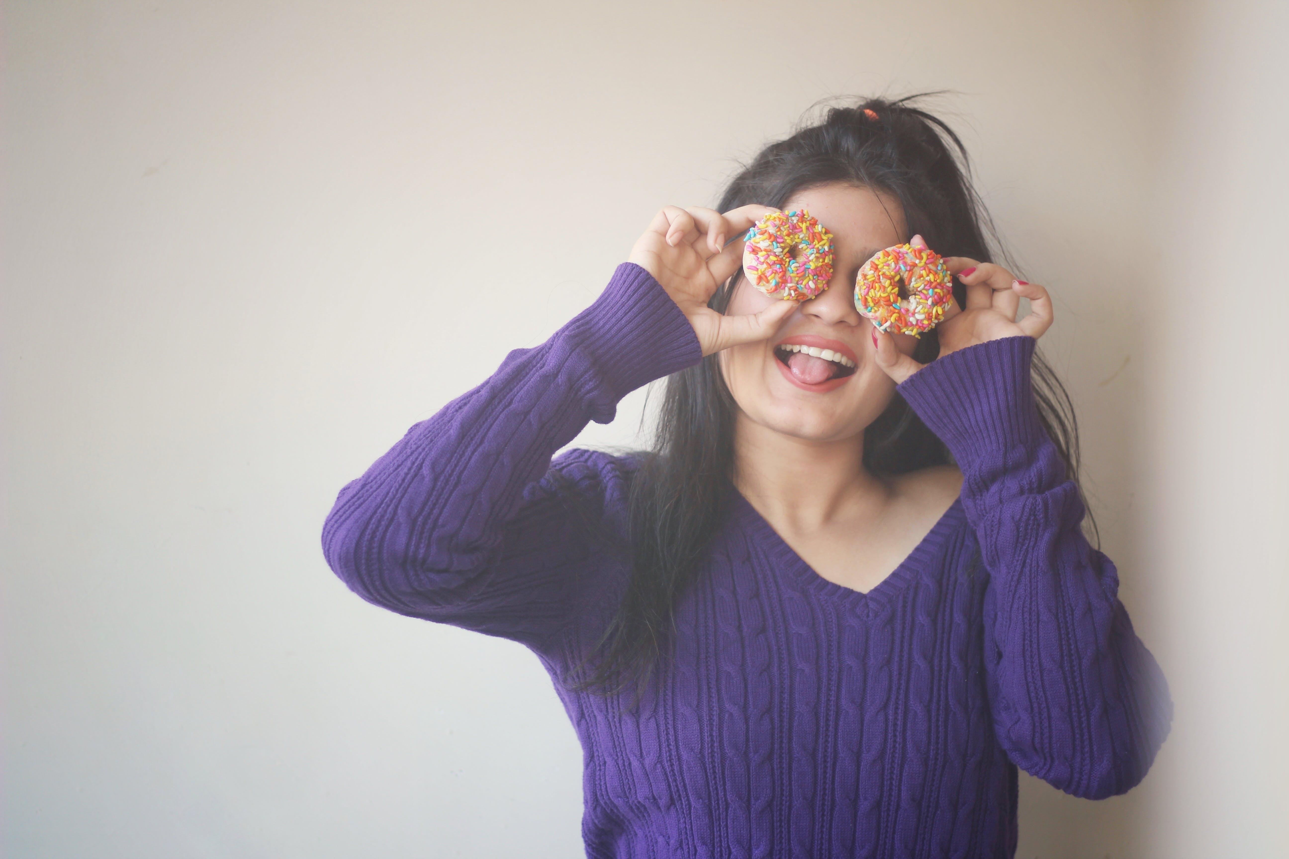Kostenloses Stock Foto zu donuts, frau, komisch, person