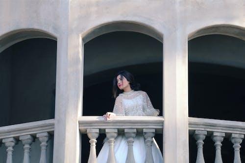 Gratis lagerfoto af arkitektur, asiatisk kvinde, balkon, buer