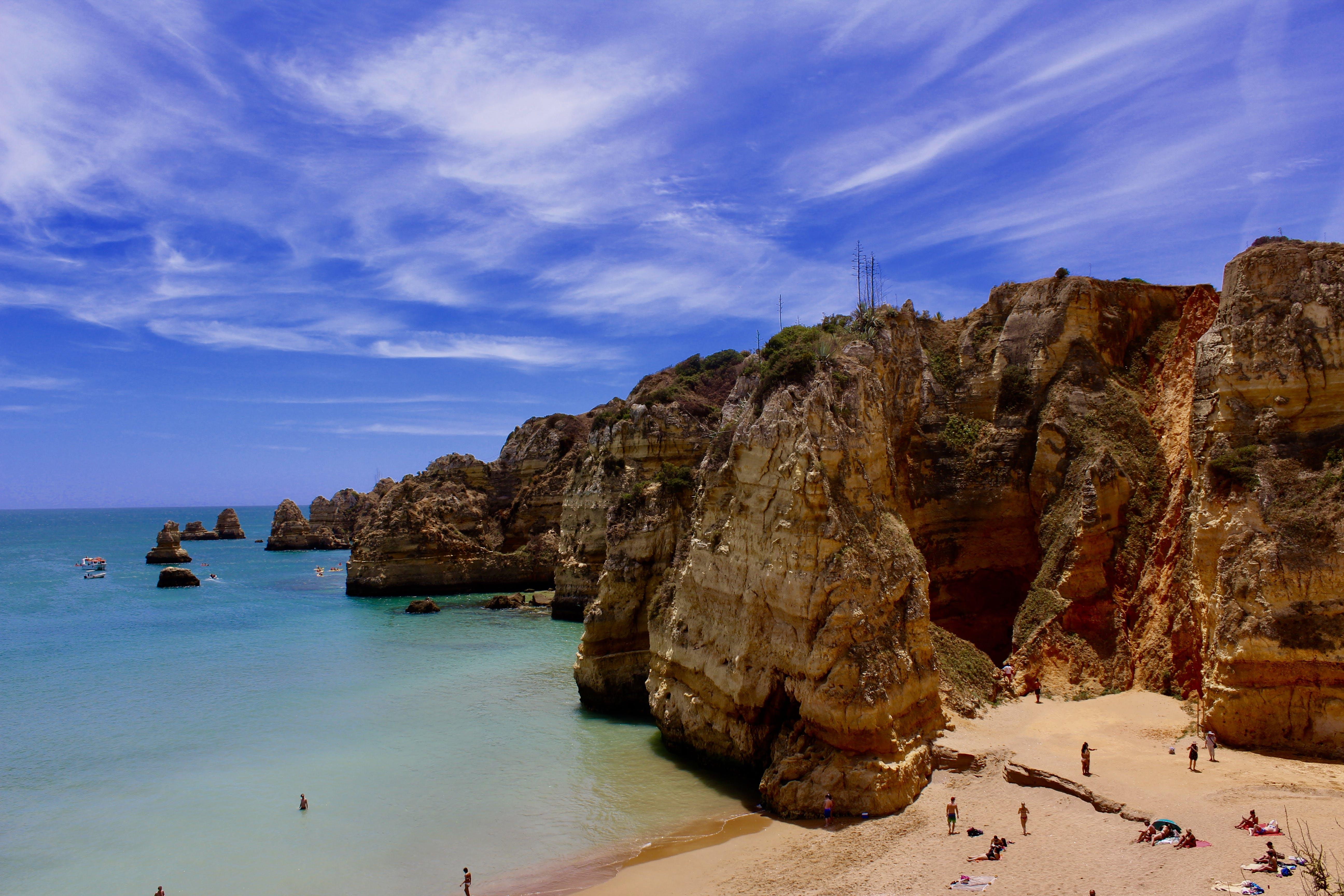 Безкоштовне стокове фото на тему «wiispy хмари, блакитне небо, зелене море, море»