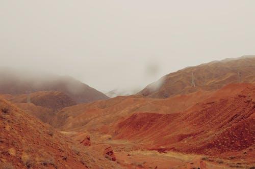 Fotos de stock gratuitas de con niebla, Desierto, escénico, montaña