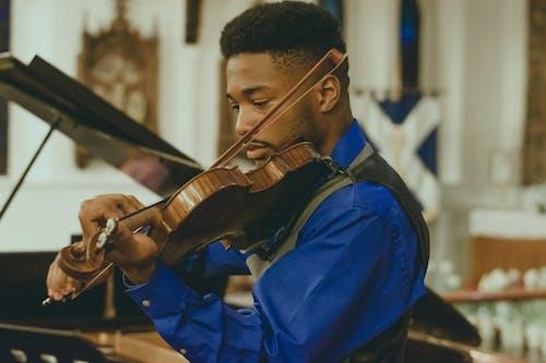 Darmowe zdjęcie z galerii z artysta, instrument muzyczny, instrument strunowy, koncentracja