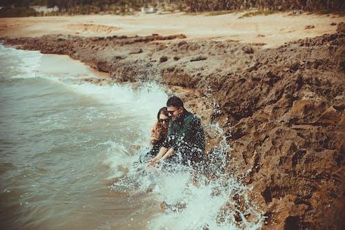 Foto stok gratis cuaca, kaum wanita, laki-laki, laut