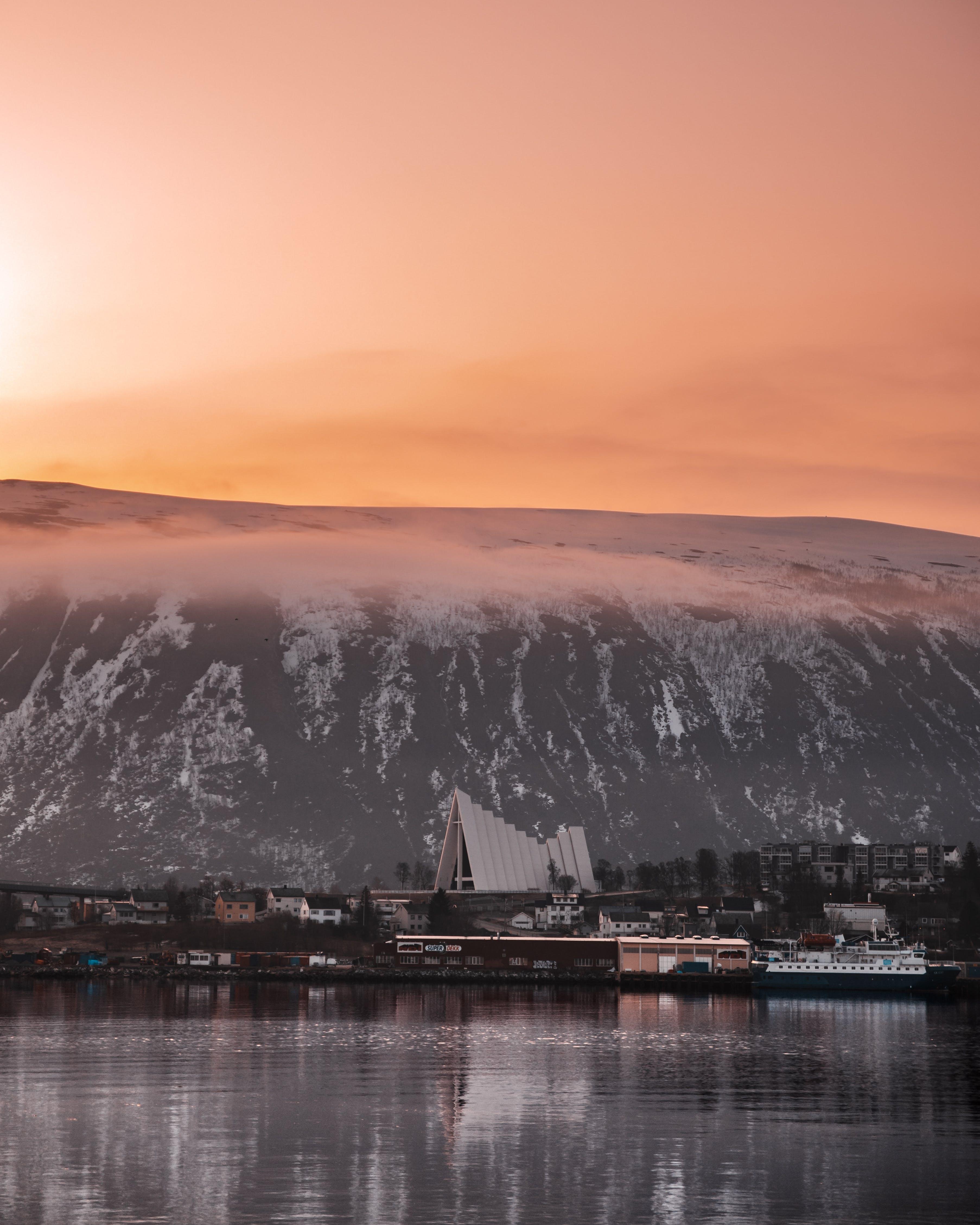 Základová fotografie zdarma na téma budovy, cestování, hora, jezero