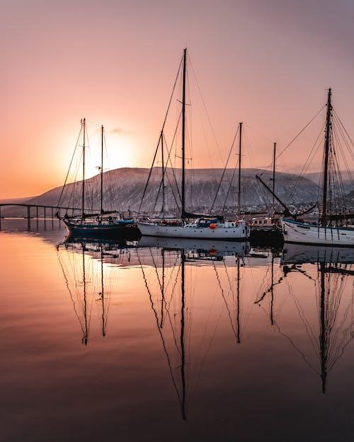 Foto profissional grátis de alvorecer, barcos, barcos a vela, cair da noite