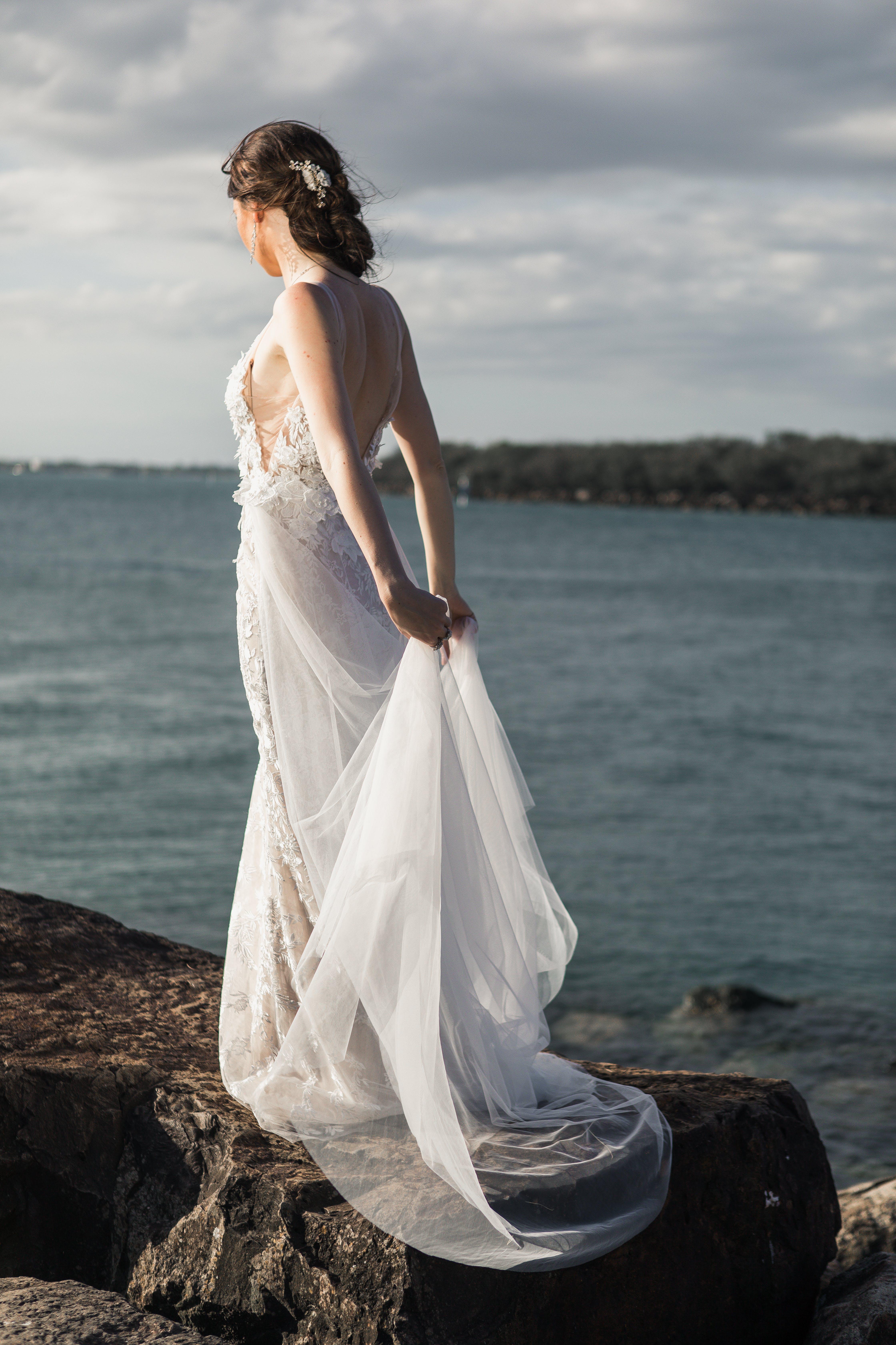 Kostnadsfri bild av bröllopsklänning, brud, ha på sig, hav