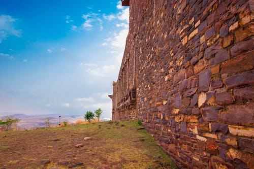 Бесплатное стоковое фото с голубое небо, каменная стена, кирпичная стена, красивый пейзаж