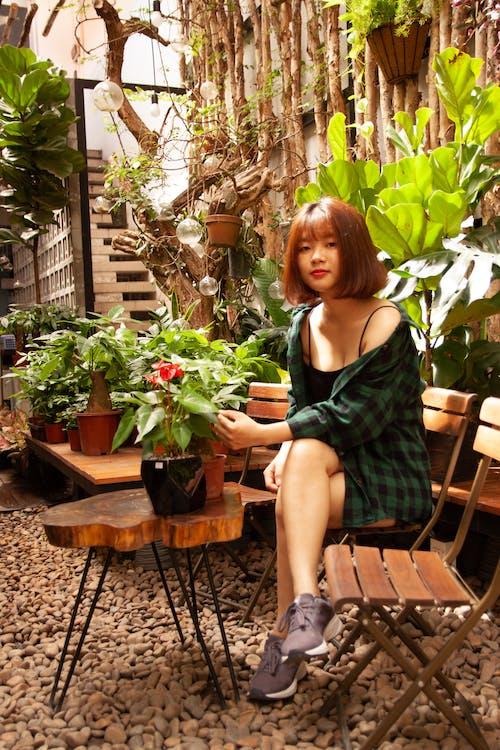 aşındırmak, aşınmak, Asyalı kadın, Bahçe içeren Ücretsiz stok fotoğraf