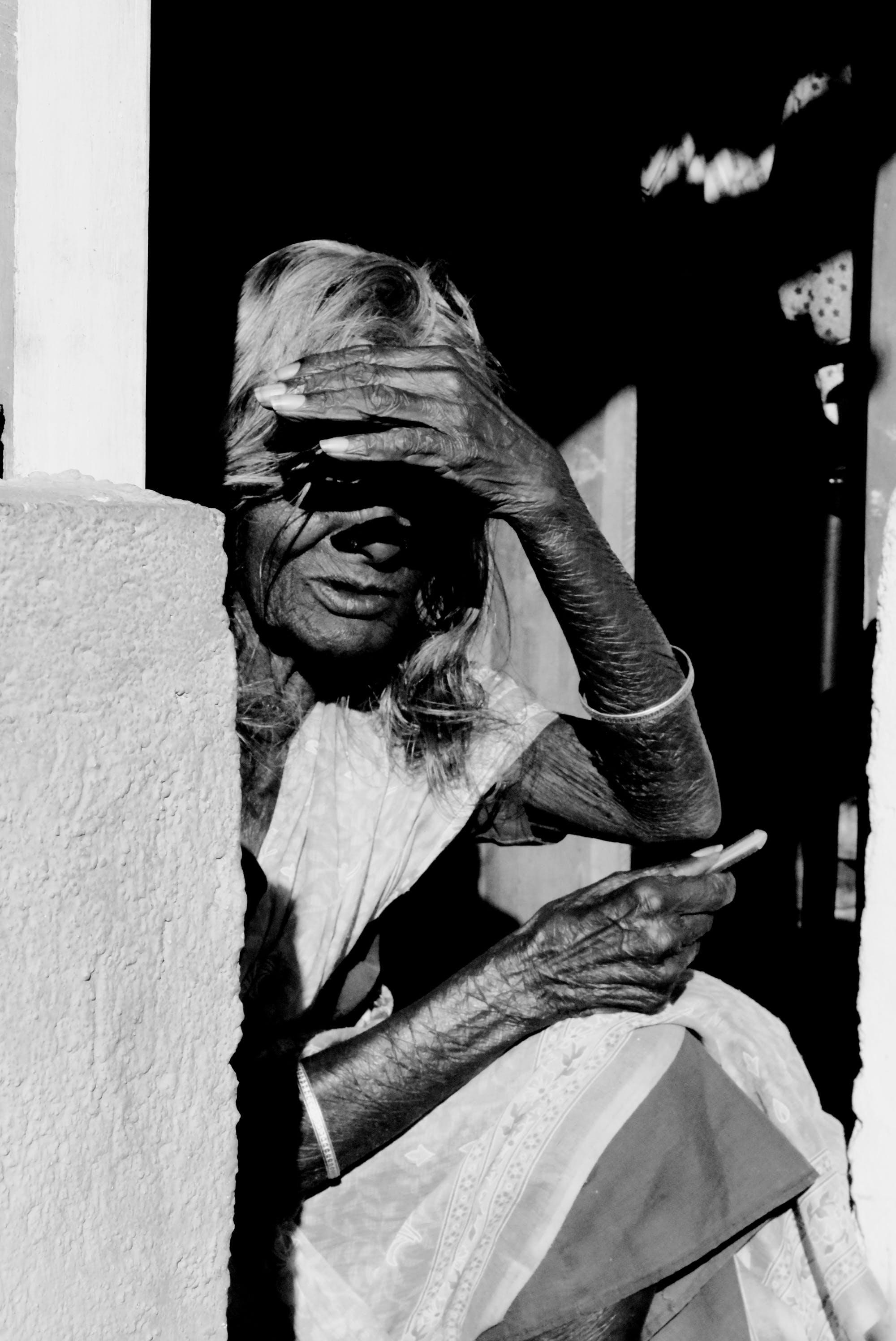 Ingyenes stockfotó egyedül, fekete-fehér, idős, nő témában