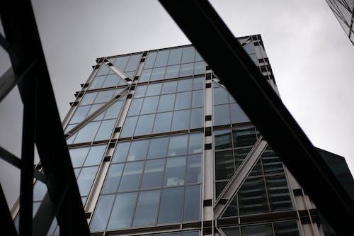 Fotobanka sbezplatnými fotkami na tému bytový dom, exteriér budovy, obloha pokrytá oblakmi