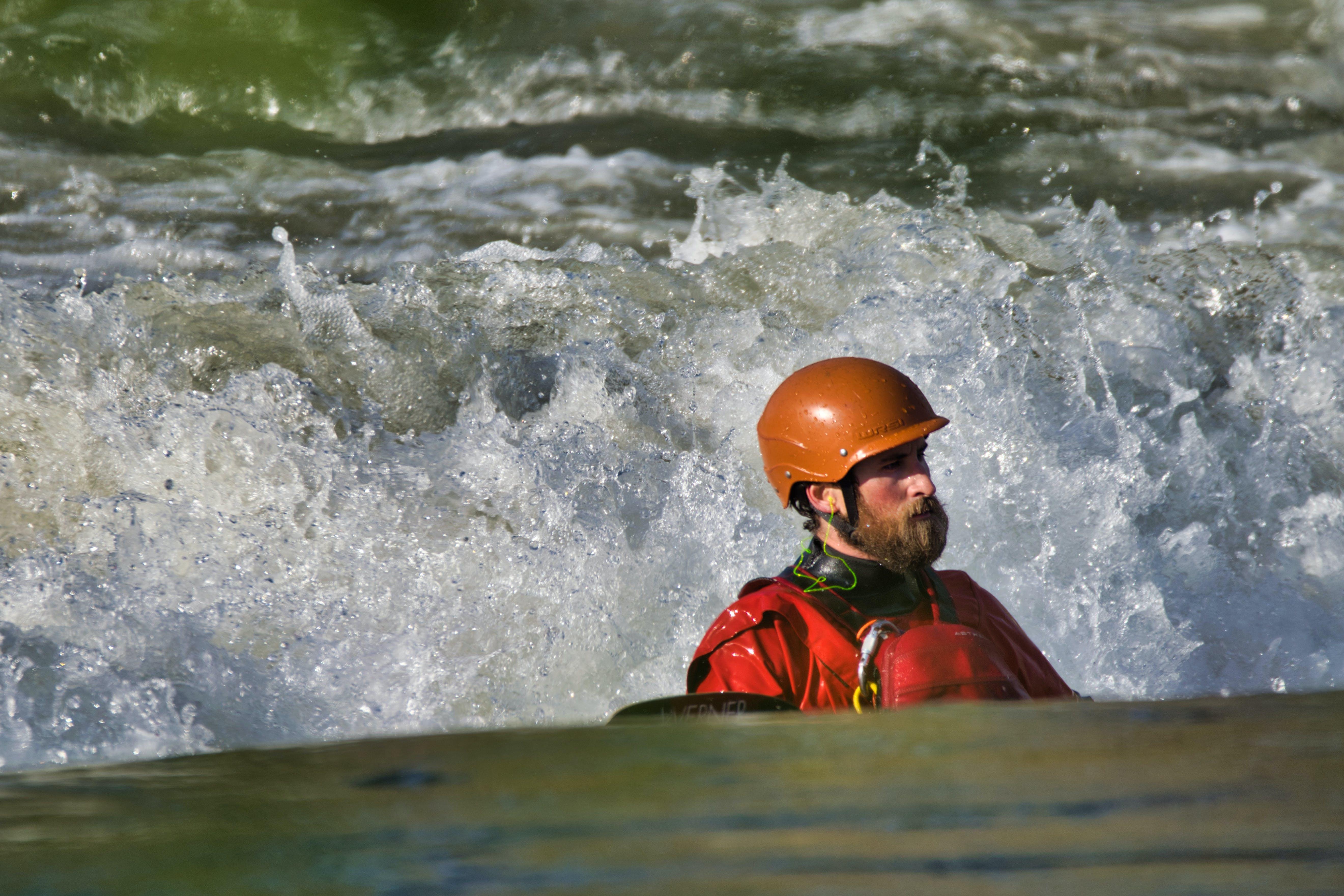 Foto d'estoc gratuïta de aigua, esport aquàtic, home, navegant en caiac