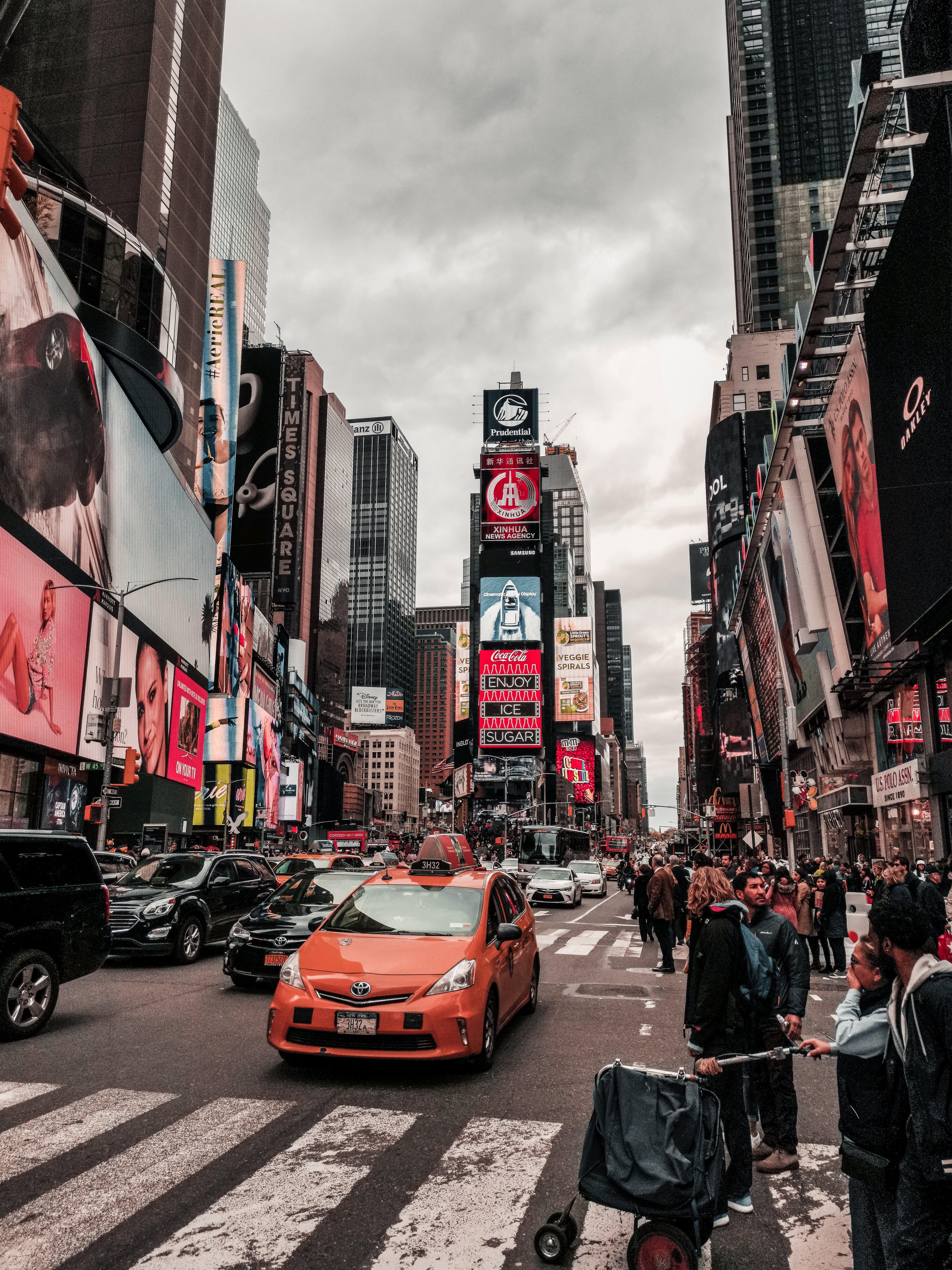 거리, 건물, 건축, 검은 구름의 무료 스톡 사진