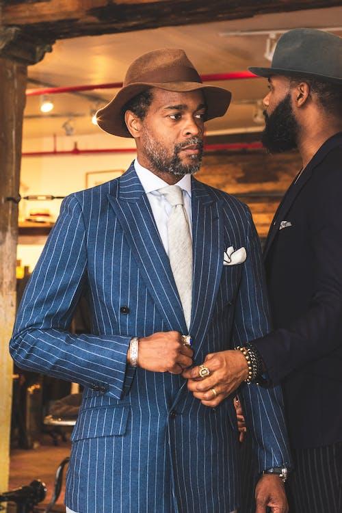 Darmowe zdjęcie z galerii z czarnoskóry, mężczyzna, moda, nosić