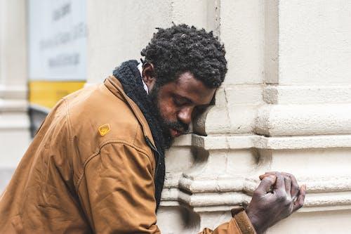 Kostenloses Stock Foto zu mann, müde, obdachlos, person