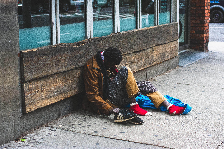 Ingyenes stockfotó egyedül, Férfi, hajléktalan, járda témában