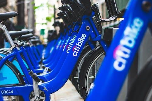 açık hava, Araçlar, bisiklet park yeri, bisikletler içeren Ücretsiz stok fotoğraf