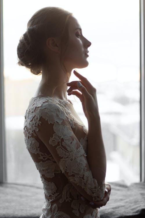 Femme Vêtue D'une Robe à Fleurs Blanche