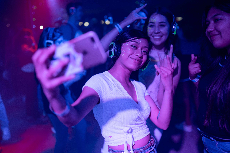 Fotobanka sbezplatnými fotkami na tému ázijské dievčatá, dav ľudí, diskdžokej, festival