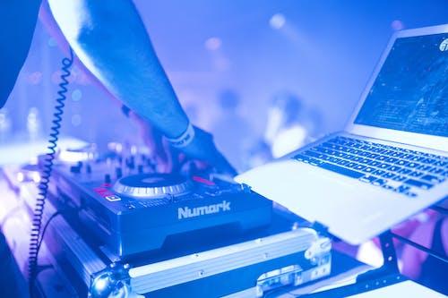 Gratis lagerfoto af DJ, klub, macbook, musik