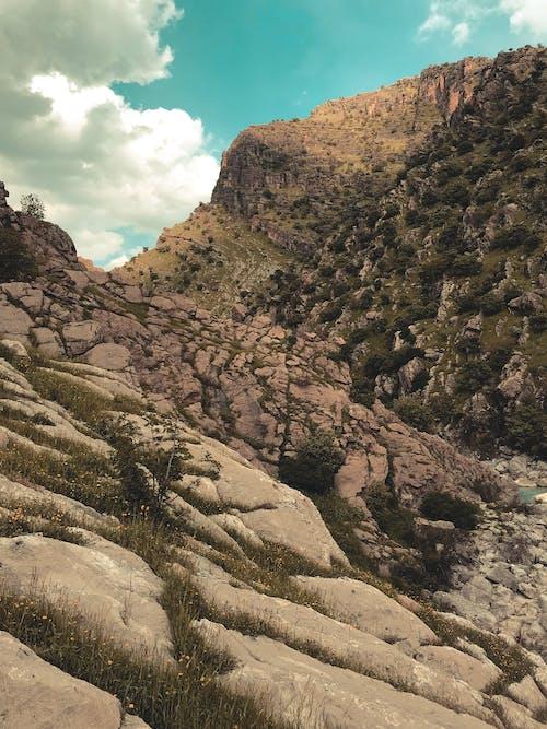 Darmowe zdjęcie z galerii z błękitne góry, brązowy, czarna tapeta, góra