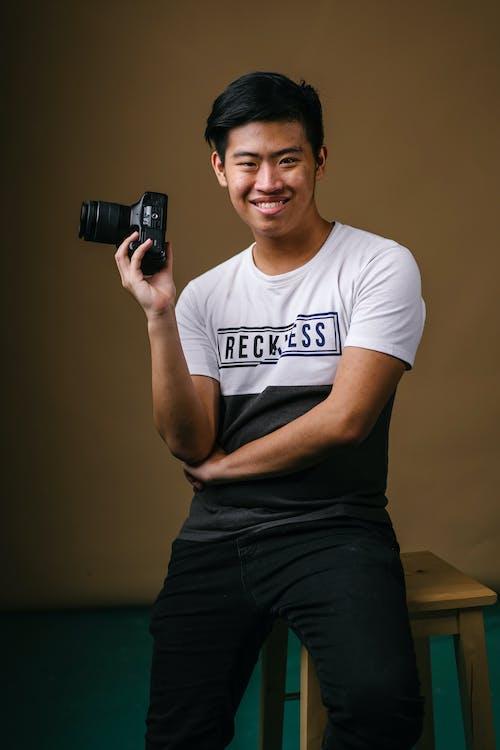 Základová fotografie zdarma na téma fotoaparát, fotograf, muž, na výšku