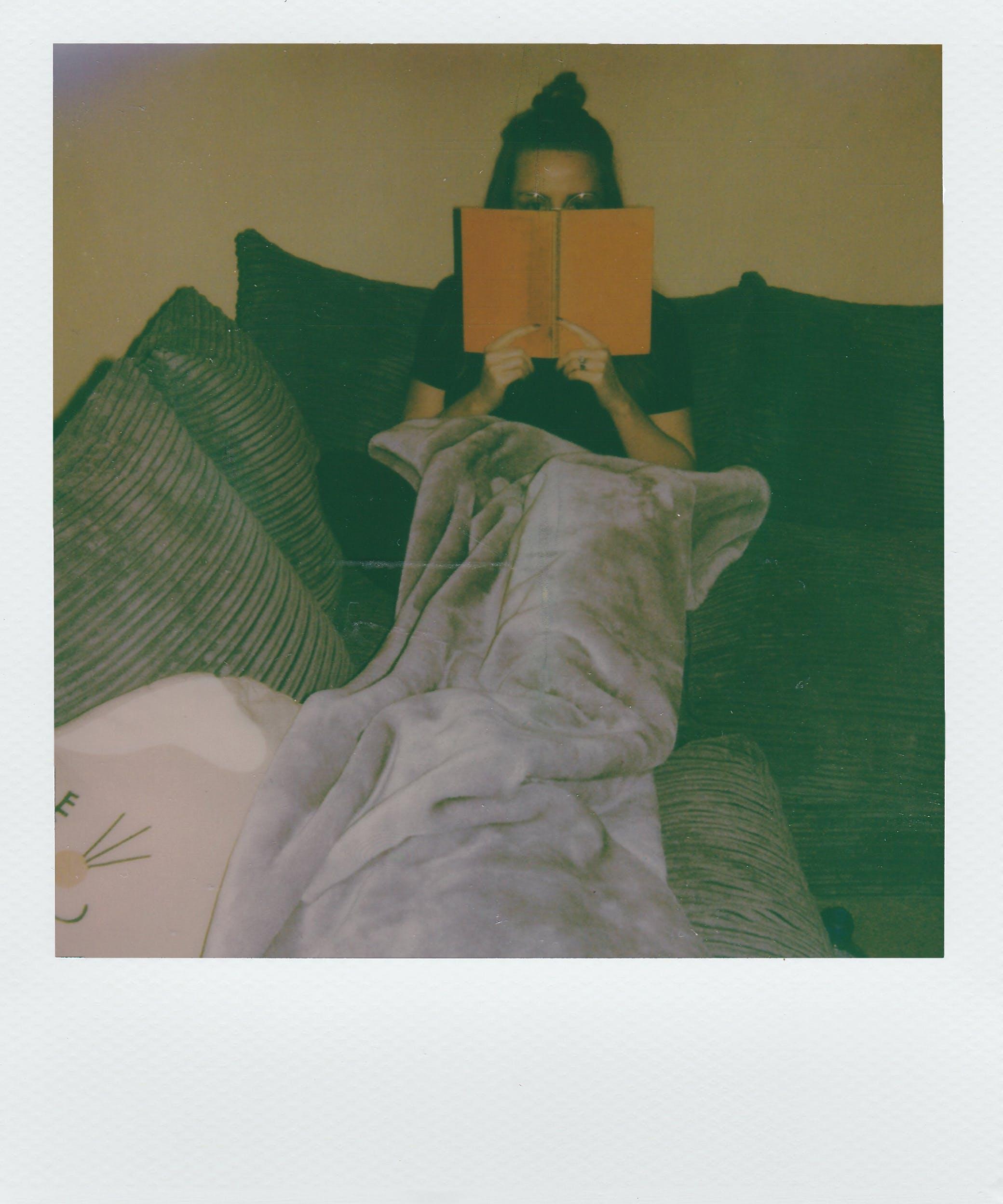 Δωρεάν στοκ φωτογραφιών με polaroid, ανάγνωση, άνθρωπος, βιβλίο