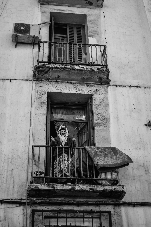 anneanne, apartman, balkon, baston içeren Ücretsiz stok fotoğraf