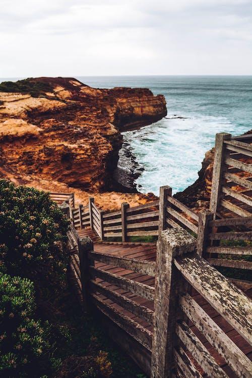 小徑, 岸邊, 懸崖, 日光 的 免费素材照片