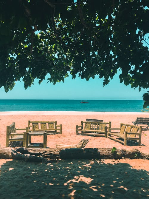Foto d'estoc gratuïta de blau, cadires de platja, davant de la platja, litoral