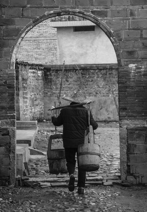 Základová fotografie zdarma na téma barel, černobílý, chůze, muž