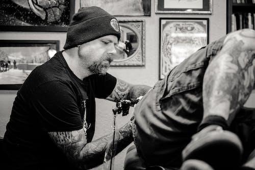 Photos gratuites de adulte, artiste, artiste tatoueur, bonnet