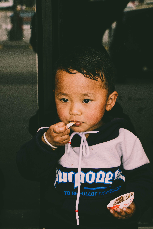 Základová fotografie zdarma na téma batole, chlapec, dítě, dívání