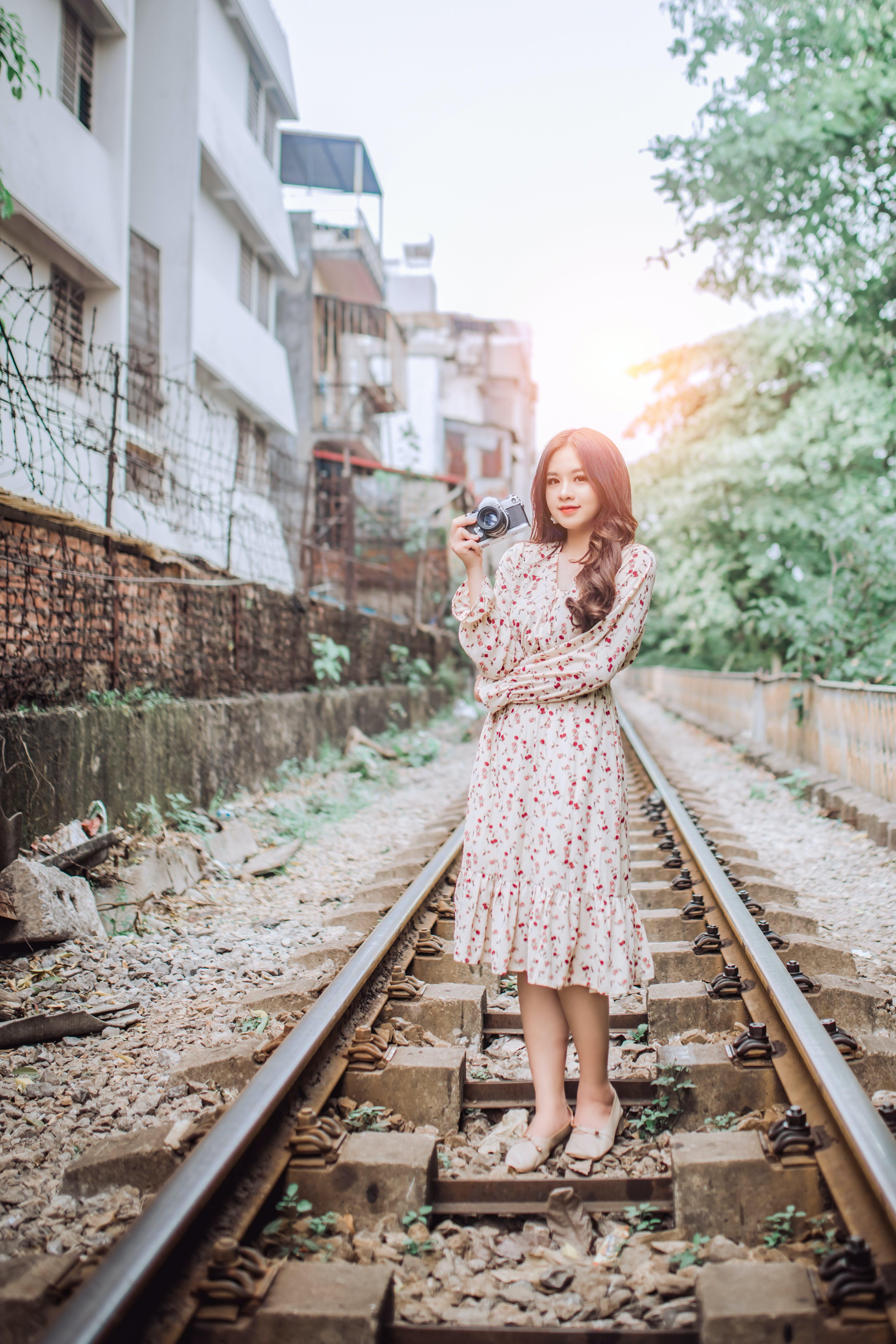 açık hava, aşındırmak, Asyalı kadın, elbise içeren Ücretsiz stok fotoğraf