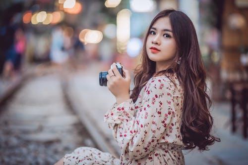 Photos gratuites de appareil photo, beauté, cheveux longs, expression du visage