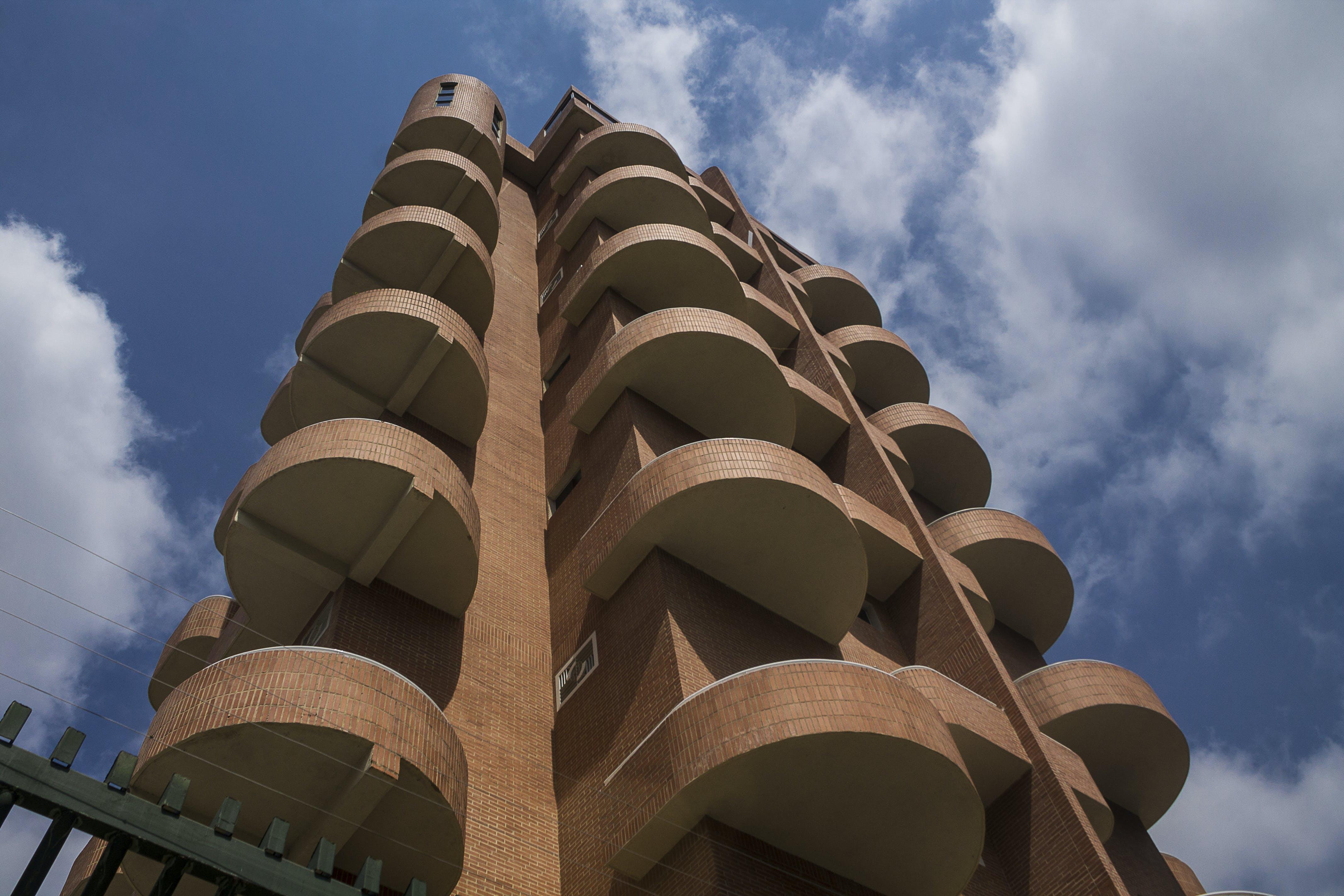 Gratis arkivbilde med arkitektoniske detaljer, blå, blå himmel, himmel
