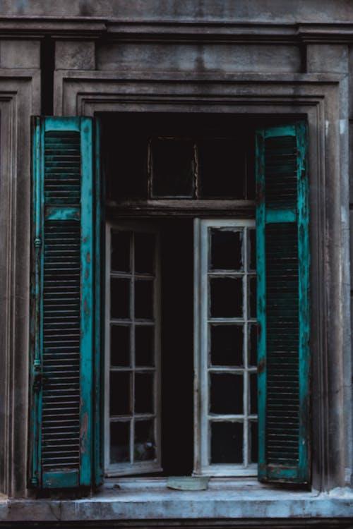 Gratis arkivbilde med forlatt bygning, gammelt vindu, høy alder, trevindu