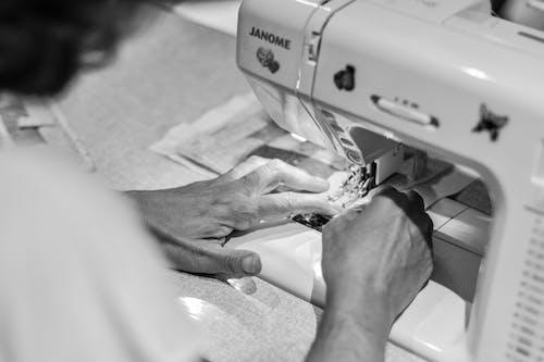 Gratis arkivbilde med å sy, gamle hender, hender, kvinne hender