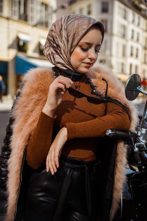 Darmowe zdjęcie z galerii z chusta, kobieta, ładny, modny