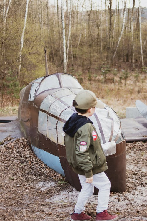 Free stock photo of airplane, boy, crushed airplane, little boy